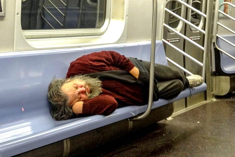 Бомж в метро