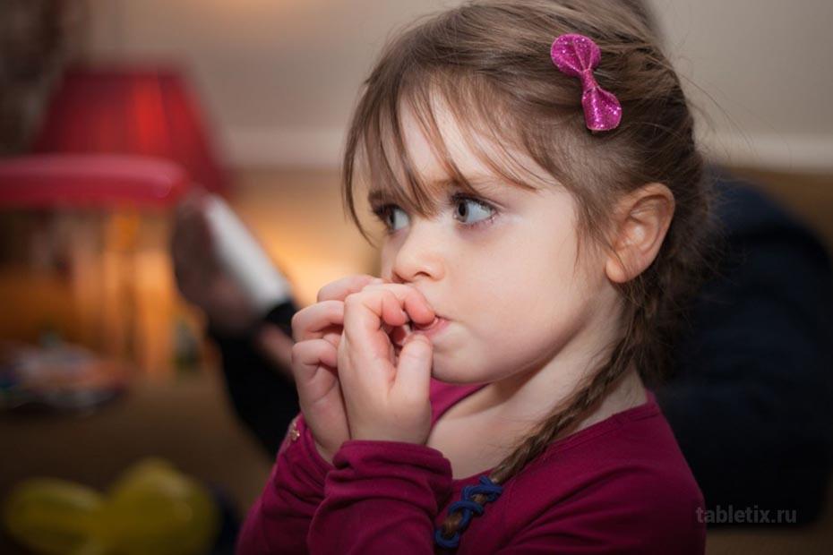 Ребенок грызет ногти